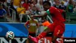Asamoah Gyan frappe une balle lors d'un match contre l'Allemagne, Brésil le 21 juin 2014