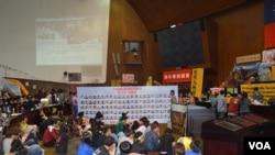 学生在被占领的议场内参加活动 (美国之音申华拍摄)