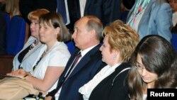 俄罗斯总统普京(中间)和他的妻子柳德米拉(右边第二个)2013年6月6日在莫斯科的克里姆林宫观赏芭蕾舞剧。