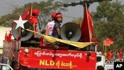 NLD ပါတီ မဲဆြယ္စည္းရံုးေရးလုပ္ေဆာင္ေနစဥ္