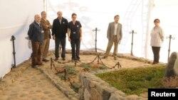 El juez chileno Mario Carroza y el director de servicios forenses inspeccionan la tumba de Pablo Neruda durante la exhumación de sus restos.