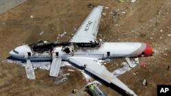 Pesawat Asiana menabrak tembok laut ketika melakukan pendaratan darurat tahun lalu di San Francisco.