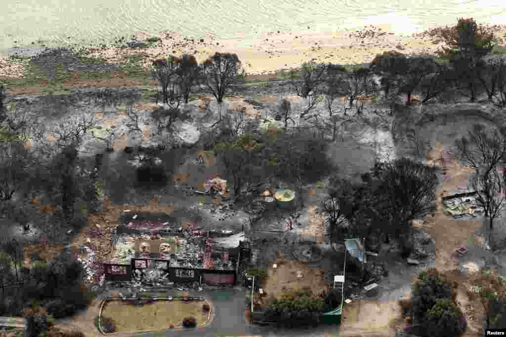 Rumah-rumah yang hancur terbakar di Dunalley, sebelah timur Hobart, negara bagian Tasmania, Australia (5/1).