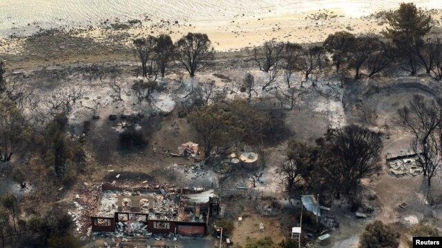 Puing-puing rumah yang terbakar di Dunalley, sebelah timur Hobart, Australia (5/1).
