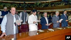 Incoming PM Nawaz Sharif (L) takes the oath of office with other newly-elected parliamentarians during the first session of the National Assembly in Islamabad, June 1, 2013.