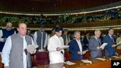当选总理谢里夫和新议员们宣誓就职