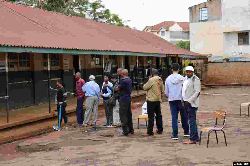 Voters stand in sparse lines at Westlands Primary School polling station during Kenya's re-run presidential election, Oct. 26, 2017.