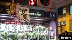 一名香港反送中抗議者在港鐵太子站外的831事件紀念台旁呼喊口號。(2019年9月12日)