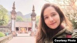 Cô Rossany Bellandira đến từ Venezuela chụp ảnh trước một di tích lịch sử tại Việt Nam (Ảnh do nhân vật cung cấp)