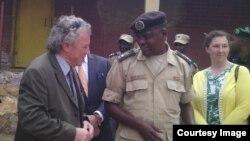 Umuyobozi wa gereza ya Muhanga Bwana Christophe Rudakubana, avugana n'abahagarariye ibihugu byabo mu Rwanda biganjemo abo mu bihugu by'iburayi