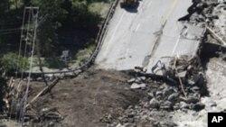 工人们8月30日在佛蒙特州40号公路上进行抢修