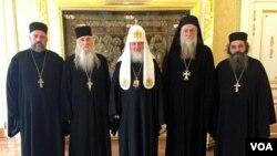 რუსეთის პატრიარქი კირილე ბესარიონ აპლიასთან (მარცხნიდან მეორე) და აფხაზ მღვდებთან ერთად