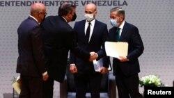Participantes de la reunión que busca consensos sobre cómo superar las crisis económica y social que se apoderan de Venezuela, en Ciudad de México, 13 de agosto de 2021.