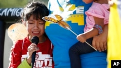 Akemi Vargas, de 8 años, llora mientras habla de haber sido separada de su padre en Phoenix, Arizona, el 18 de junio de 2018. cries as she talks about being separated from her father during an immigration family separation protest in front of the Sandra Day O'Connor U.S. District Court building in Phoenix.