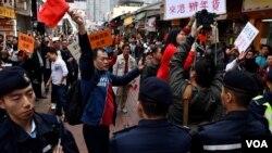 大批警員分隔親中團體與民主黨反水貨遊行的支持者。(美國之音湯惠芸)