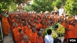 Upacara berkabung bagi para korban bencana desak-desakan yang menewaskan ratusan orang Kamboja.
