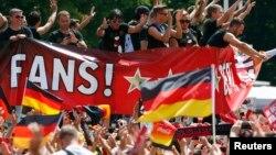 지난 7월 독일 베를린에서 월드컵 축구팀 감독과 응원단이 브라질 월드컵 우승을 자축하고 있다.