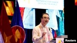 Ngoại trưởng Philippines Alan Peter Cayetano phát biểu trong lễ bế mạc Diễn đàn Khu vực ASEAN lần thứ 50 tại Manila, Philippines, ngày 8 tháng 8, 2017.