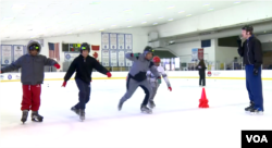 워싱턴 디시 실내 링크에서 스페셜올림픽에 출전할 장애 선수들이 스케이팅 훈련을 하고 있다.