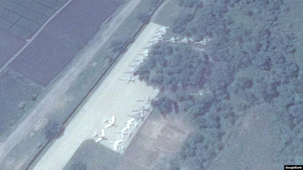 북한 원산 갈마국제공항 터미널에서 남서쪽 약 1.6km 지점에 MIG-19, MIG-21 전투기로 보이는 기체 20여대가 계류돼 있다. 지난달 20일 촬영된 위성사진이다.