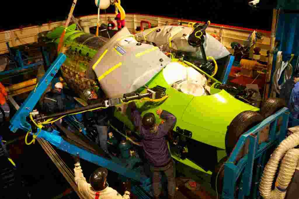 La tripulación prepararó el Deepsea Challenger para la prueba de descender a 11 kilómetros de profundidad.