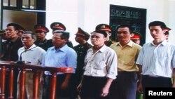 Ông Nguyễn Văn Túc (ngoài cùng bên trái) tại phiên tòa hồi năm 2009