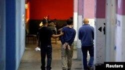 Seorang remaja Israel-Amerika ditangkap di Israel karena dicurigai melancarkan ancaman bom terhadap pusat-pusat komunitas Yahudi di AS, Australia dan Selandia Baru, dikawal ke ruang sidang di Rishon Lezion, Israel, 23 Maret 2017.