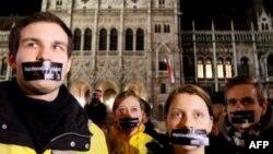 Người Hungary dán băng keo lên miệng để phản đối những qui định của chính phủ về luật truyền thông mới, 14/1/2010