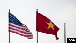 美越國旗在馬蒂斯2018年1月訪問期間飄揚(美國國防部照片)