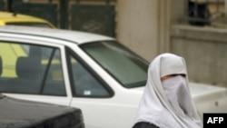 Một phụ nữ Hồi giáo chờ gia đình đến đón