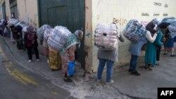 Des Marocaines portent des marchandises entre la frontière espagnole et marocaine, à Ceuta, le 20 septembre 2017.
