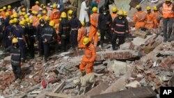 31일 인도 뭄바이의 건물 붕괴 현장에서 구조대가 생존자 수색 작업을 하고 있따.