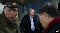 7일 북한 평양 순안공항에 도착한 에릭 슈미트 구글 회장(가운데).