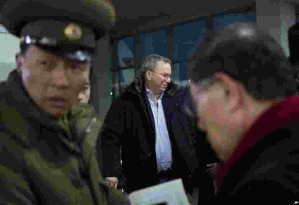 7일 북한 평양 순안공항에 도착한 에릭 슈미트 구글 회장.