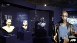 Cựu cầu thủ bóng đá Lilian Thuram, người phụ trách cuộc trưng bày ở Paris