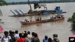 Dân chúng đứng xem hoạt động tìm kiếm chiếc phi cơ của hãng hàng không Lao Airlines bị nạn trên sông Mekong ở Pakse, Lào, 17/10/13