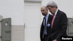 (ARŞİV) Eski Dışişleri Bakanı John Kerry, ABD'nin İran'la nükleer müzakere ekibinin üyesi Robert Malley'yle (solda) birlikte