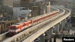 حکام نے گزشتہ سال مئی میں اورنج ٹرین کو آزمائشی بنیادوں پر چلایا تھا۔ (فائل تصویر)