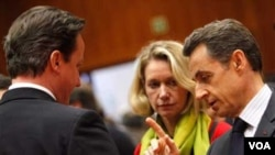 Perdana Menteri Inggris David Cameron (kiri) dan Presiden Perancis Nicolas Sarkozy (kanan) dalam pertemuan Uni Eropa di Brussel, Jumat (11/3).