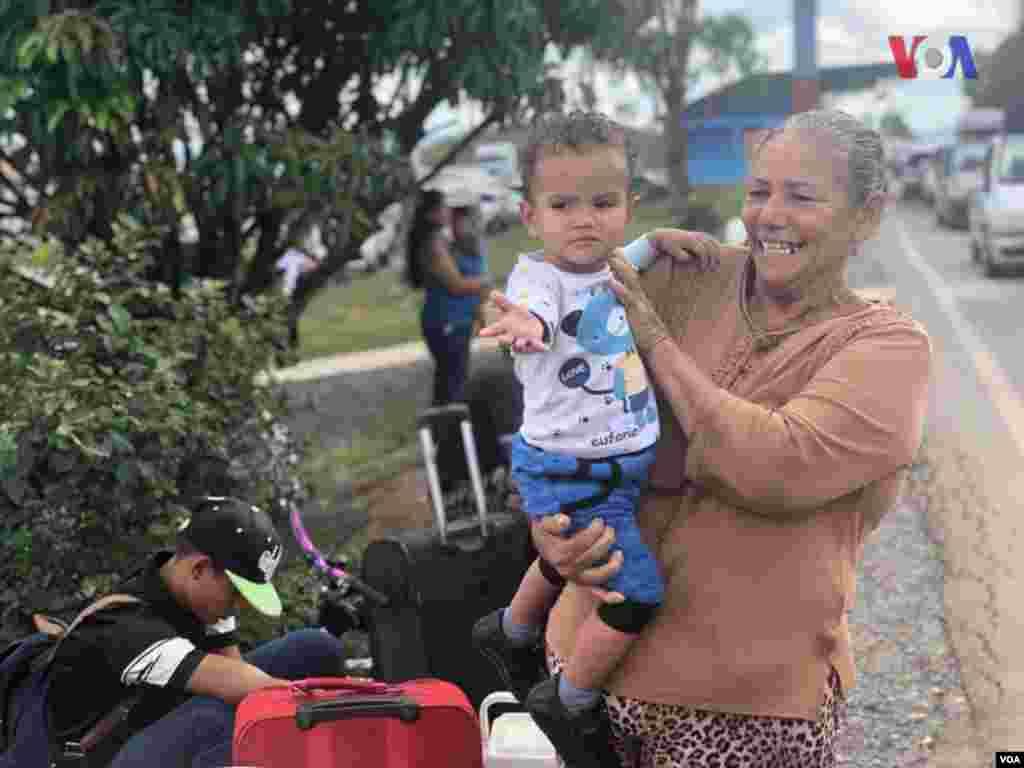Niños y su familia esperan para cruzar a Brasil porPacaraima. Foto: Celia Mendoza - VOA.