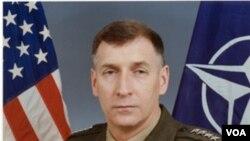 General Joh Sheehan u vrijeme kada je bio zapovjednik vojnih snaga NATO saveza