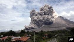 Gunung Sinabung melepaskan aliran gas dan batu panas, terlihat dari Tiga Serangkai, Sumatra Utara, April 2015 (Foto: dok).