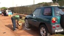 Lavadores de carros de Bissau lutam pela sobrevivência