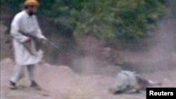 La imagen tomada de un video muestra cuando presumiblemente un talibán ametralla a la mujer.