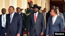 De g. à dr. : Le président du Kenya, Uhuru Kenyatta, le président du Sud-Soudan, Salva Kiir, et le premier ministre éthiopien, Abiy Ahmed, au 32e sommet extraordinaire de l'Assemblée des chefs d'État et de gouvernement de l'IGAD à Addis-Abeba, en Éthiopie, le 21 juin 2018.