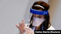 6 Nisan 2021 - Chicago'da bir aşılama merkezinde Johnson & Johnson'ın Corona virüsü aşısını hazırlayan bir sağlık çalışanı
