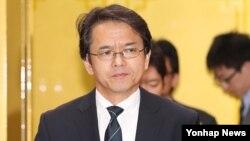 2016년 일본 방위백서 내용과 관련해 2일 한국 외교부에 초치됐던 마루야마 코헤이 일본 총괄공사대리가 굳은 표정으로 서울 외교부 청사를 나서고 있다.