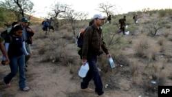Archivo. Un grupo de migrantes cruza el desierto entre Sasabe, México, y Sasabe, Arizona, el 25 de abril de 2006.