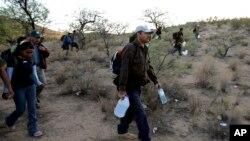 Sekelompok migran berjalan di gurun antara Sasabe, Meksiko, dan Sasabe, Arizona, 25 April 2006. (Foto: Gregory Bull/AP, arsip)