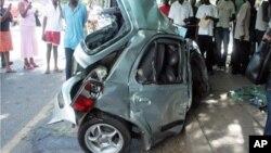 Um carro destruído num dos muitos acidentes em Malanje